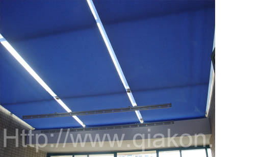 FSS天棚帘:即单电机弹簧天棚帘,主要由管状电机和弹性张力系统组成的机构。当电机拉动面料时,弹性张力系统使面料产生张紧力,电机在运动过程中,在外力的作用下面料始终处于平整状态,该机构运行平稳,适用于工程和民用遮阳系统,包括建筑的顶面、斜面、立面、弧形面等。